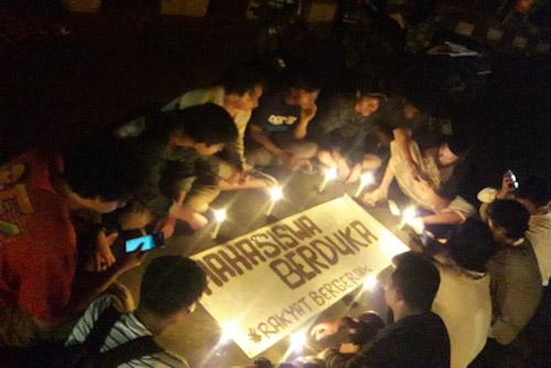 SWOT SMGI bakar lilin di Depan Kampus Universitas Islam Negri Sultan Mulana Yusuf