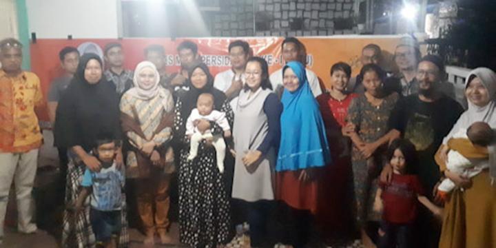 Anggota Komisi I DPRD Provinsi Banten dari Fraksi Gerindra, Encop Sopia berfoto bersama warga di Komplek Grand Sutra, Kecamatan Cipocok Jaya, Kota Serang, Jumat (22/11/2019) malam.