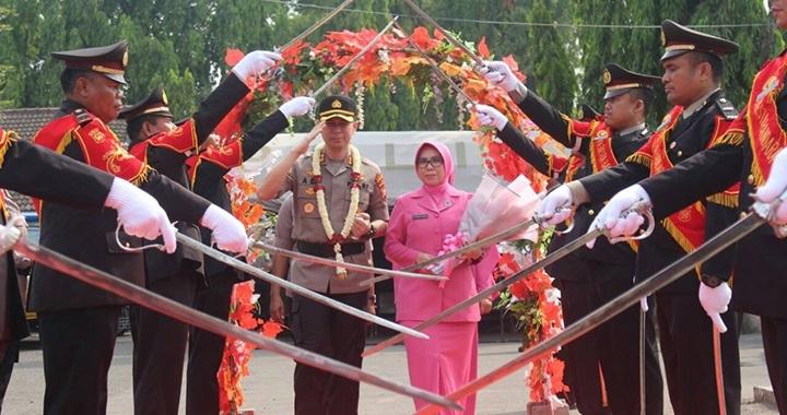 Foto Tradisi Pedang Pora Sambut Kedatangan Kapolresta Bandara Soetta