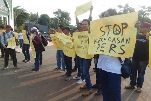 Aksi Solidaritas Puluhan Wartawan Orasi di Polres Tangsel