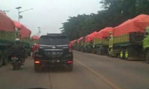 Warga Minta Aparat Tertibkan Parkir Liar di Jalan Cirabit