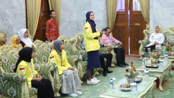 Foto Bupati Serang Ratu Tatu Chasanah (kanan) saat menerima silaturahmi penerima beasiswa dan para orangtuanya di Pendopo Bupati Serang, Kamis (23/1/2020).