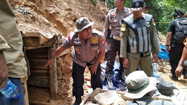 Foto Tim Satuan Tugas (Satgas) Penambangan Emas Tanpa Izin (PETI) Provinsi Banten menemukan lubang-lubang besar yang diduga masih digunakan untuk penambangan.