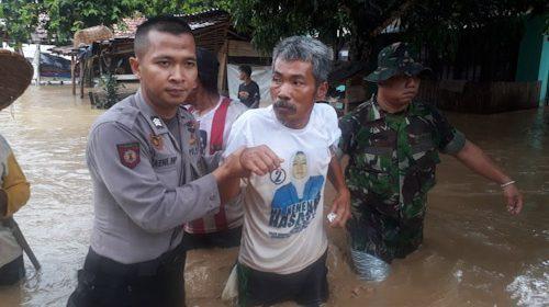Polda Banten bersama TNI turut membantu evakuasi korban banjir bandang dan longsor di Kabupaten Lebak, Banten