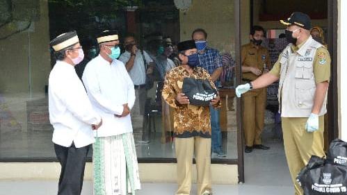 Bupati Zaki Bagikan Sembako, 2.000 Ustadz dan Guru Ngaji