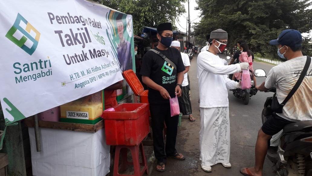 Santri Mengabdi Bagi-bagi Takjil di 5 Kota dan Kabupaten Tangerang