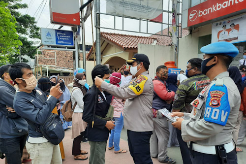 Antrian Nasabah Bank Banten Mengular, Polres Serang Kota Lakukan Pengamanan