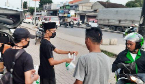 Relawan MBB Bagikan 100 Paket Takjil Jelang Berbuka Puasa