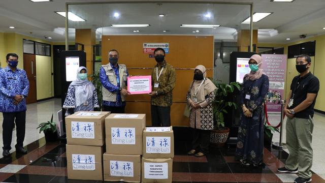 Bupati Zaki Terima Ribuan APD dan Paket Sembako dari 7 Perusahaan