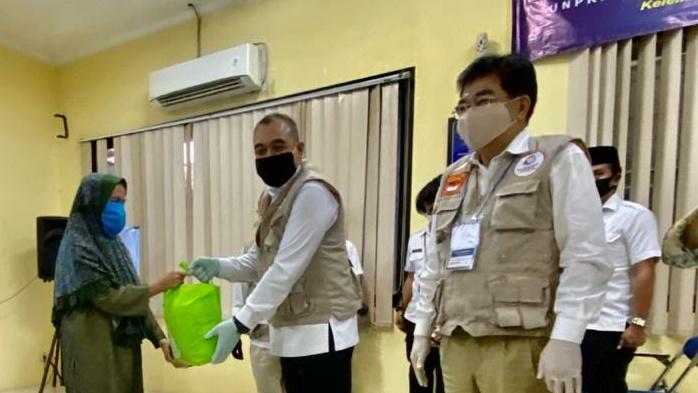 Atasi Dampak Covid-19, Zaki dan Unpri Bagi-bagi Sembako ke Warga Binong