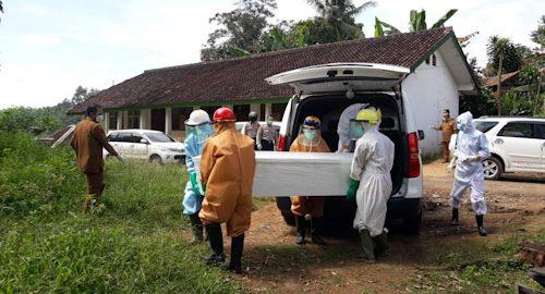 Polisi Bantu Pemakaman Pasien PDP Lebak yang Meninggal