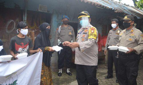 Polsek dan Bhayangkari Ranting Neglasari Berbagi Takjil
