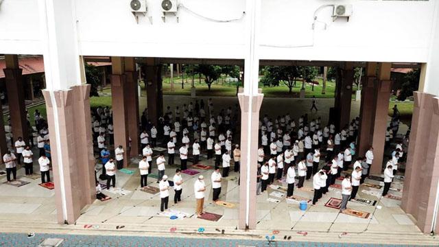 ASN Shalat Jumat di Pelataran Gedung Puspem Kota Tangerang