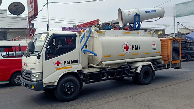 Jalan Utama Kecamatan Sepatan Disemprot Disinfektan
