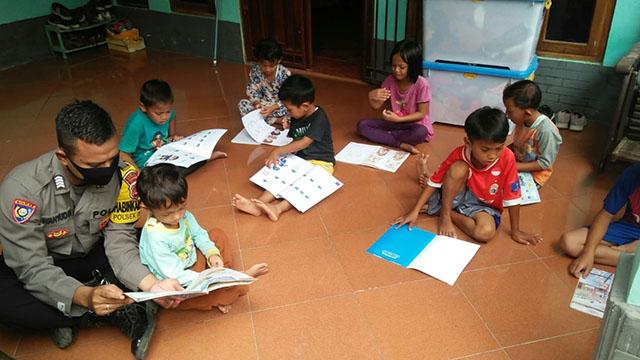Keliling Bawa Box Buku, Bripka Wahyudin Ajak Anak-anak Rajin Membaca