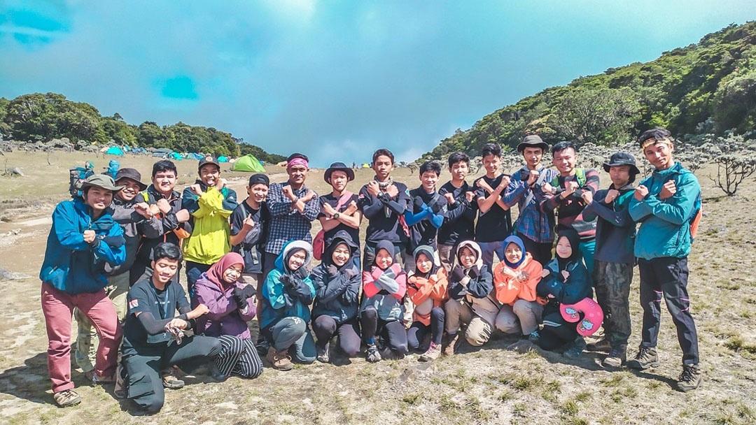 Pendaki Indonesia Wilayah Tangerang Raya Aktif Bersih-bersih Sampah Plastik di Gunung