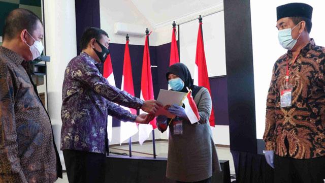 Warga Terima Sertifikat Tanah Gratis dari Wakil Bupati Tangerang